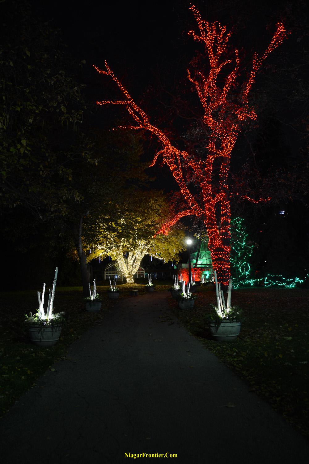 niagara falls ontario festive light displays at